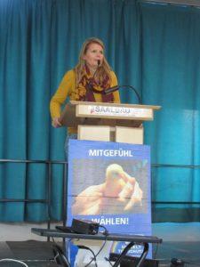 Claudia Krüger hält die Laudatio für Patrick Dau
