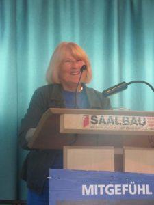 Margrit Vollertsen-Diewerge bei ihrem Vortrag über Tierversuche