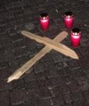 Ein Kreuz im Gedenken an die getöteten Straßentiere