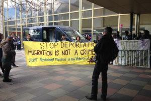 Demo gegen Abschiebungen Banner Pforzheim Hauptbahnhof