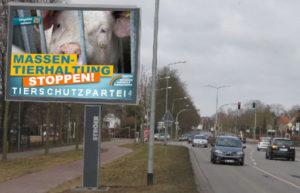 Großplakat an Straße