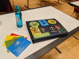 Stimmkarten und Laptop