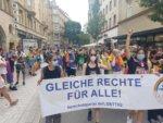 Unsere Gruppe mit Banner bei der CSD-Parade